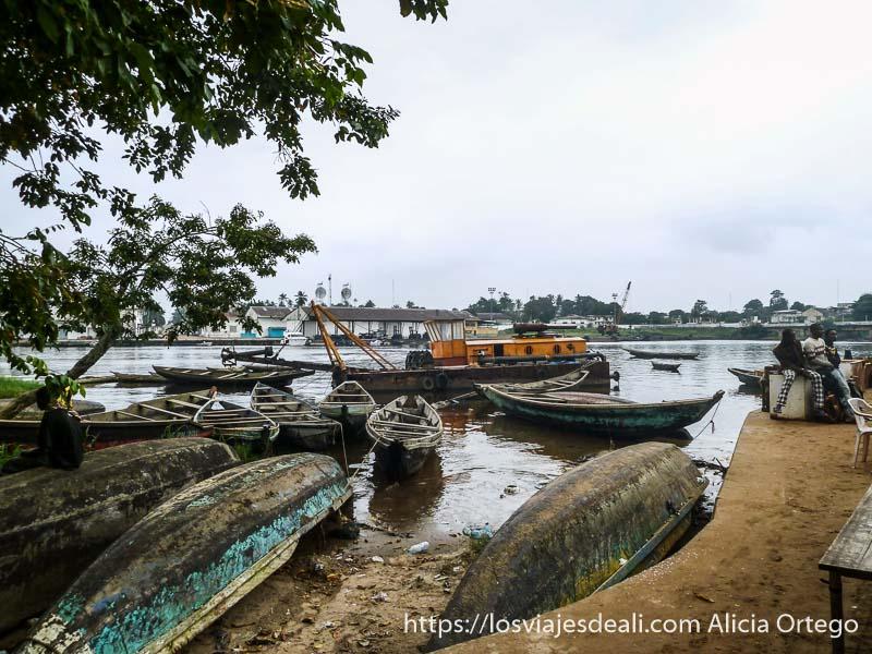 barcas en el puerto de kribi