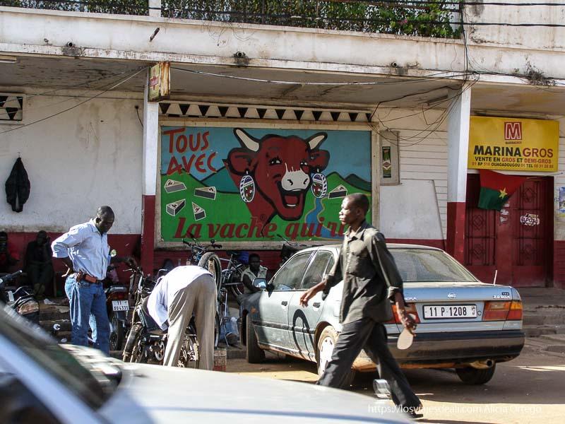 calle de ouagadogou con gran cartel de La vaca que ríe