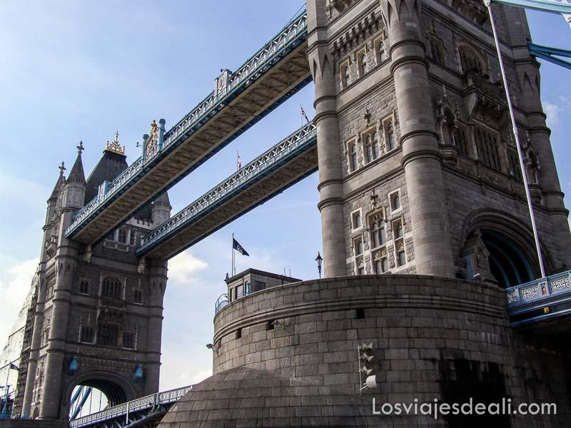 pasando bajo el puente de la torre de londres con un barco