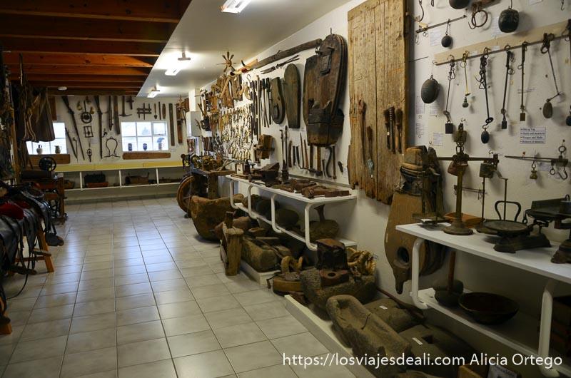 museo de skogar con paredes llenas de objetos de vida cotidiana hechos con madera y pieles