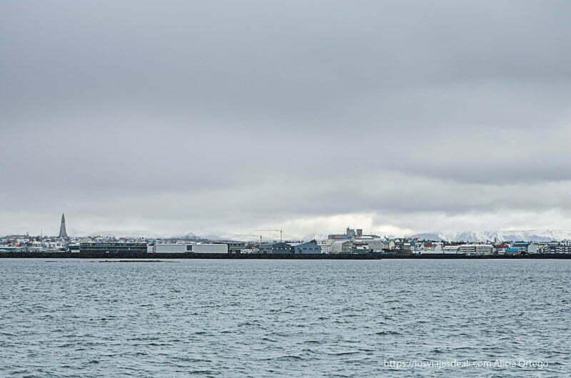 el mar con Reykiavik al fondo