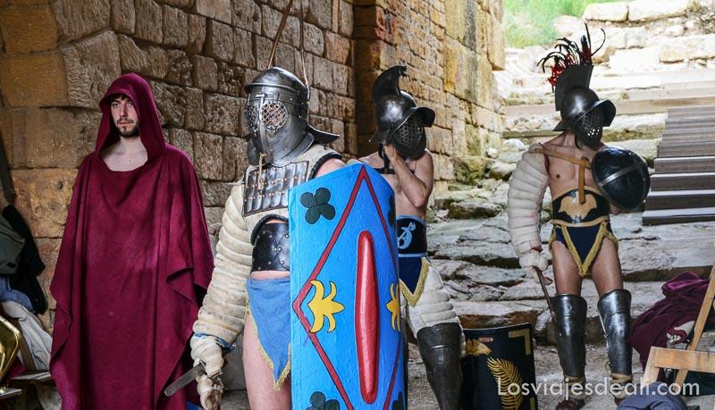 guerreros romanos uno con gran escudo pintado de azul dispuestos para salir a la arena en el festival de tarraco viva