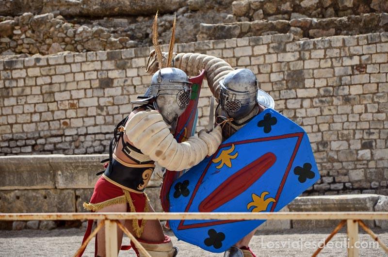 dos guerreros luchando en el circo romano en el festival de tarraco viva