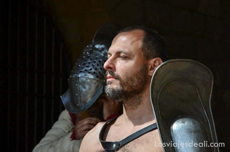 guerrero romano con barba y mirada altiva esperando para salir a la arena en el festival de tarraco viva