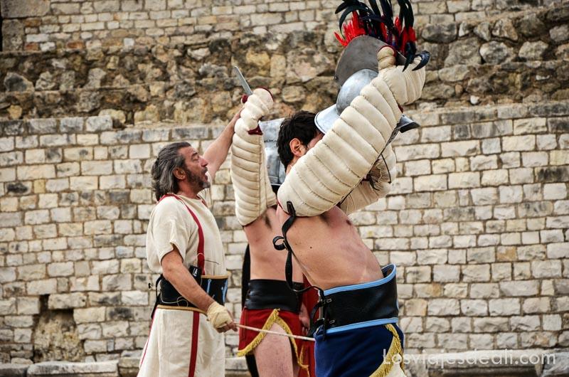 presentador alzando los brazos del vencedor del combate de lucha romana en el festival de tarraco viva