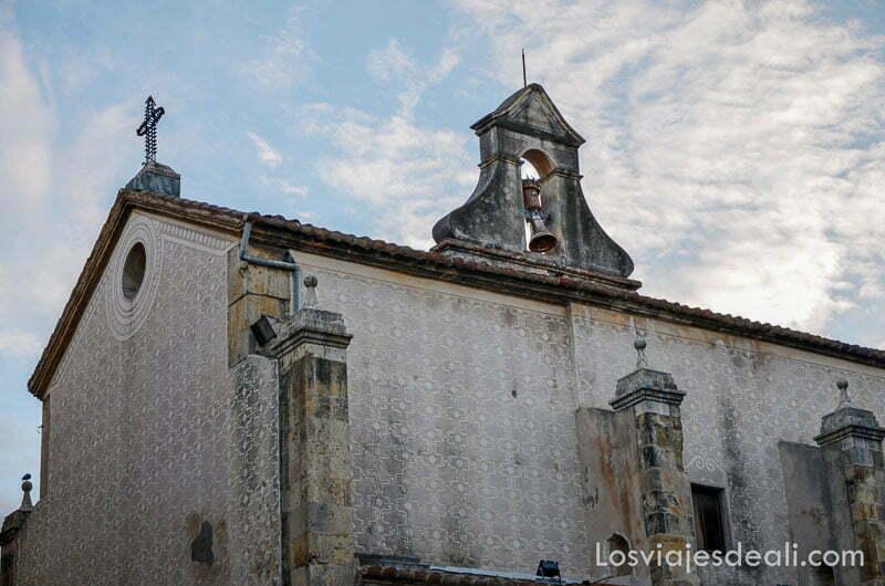 campanario con edificio de iglesia en la zona antigua de tarragona