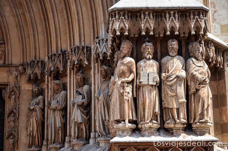 estatuas románicas en la portada de la catedral de tarragona