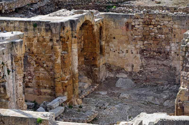 arco con columnas en el teatro romano donde se hace el festival de tarraco viva