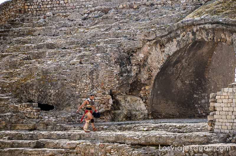 gladiador andando entre las ruinas del circo romano en el festival de tarraco viva