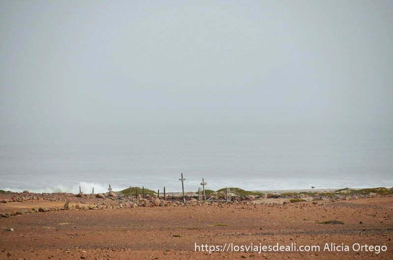 cementerio de cape cross junto al mar con algunas cruces de madera en el horizonte