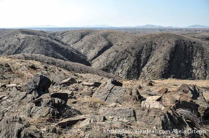 panorama de lomas redondeadas de piedra gris