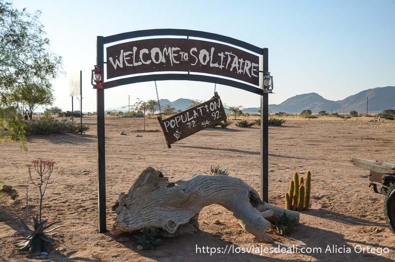cartel de solitaire donde han escrito el número de personas que viven allí