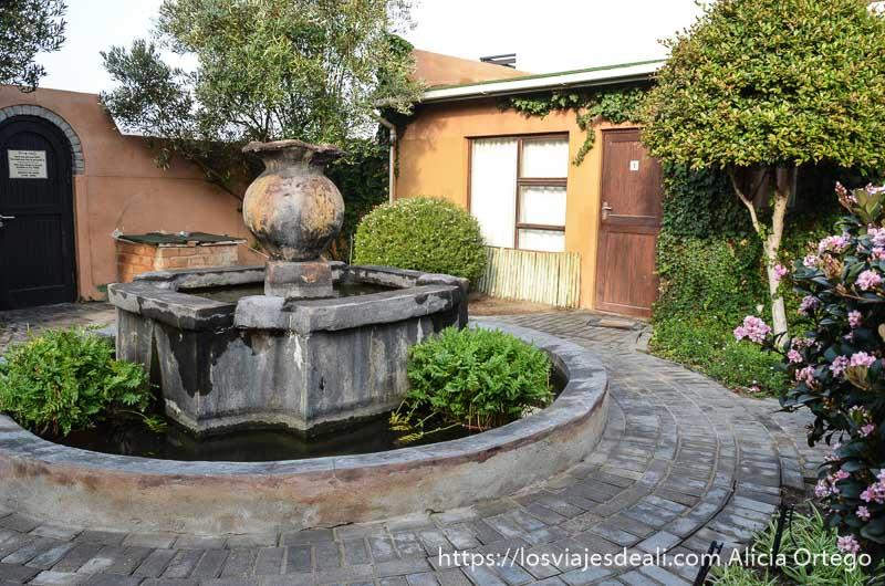patio del hotel con forma circular y una gran fuente en el centro en swakopmund