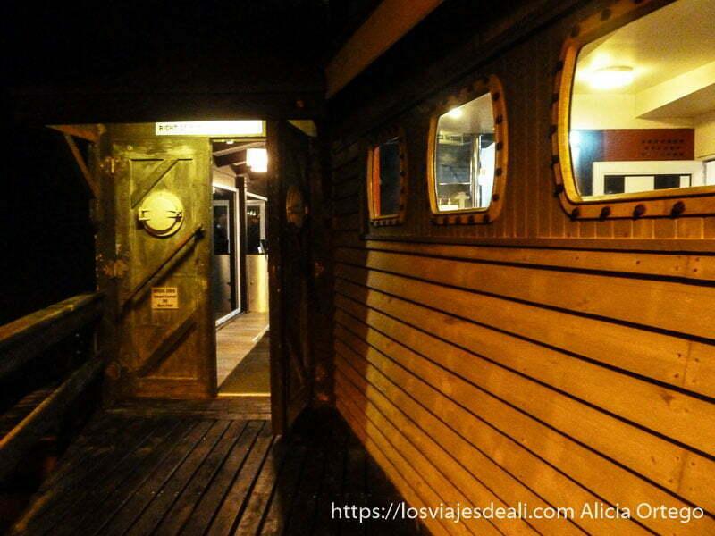 entrada al restaurante yeti de swakopmund que es como un barco de madera