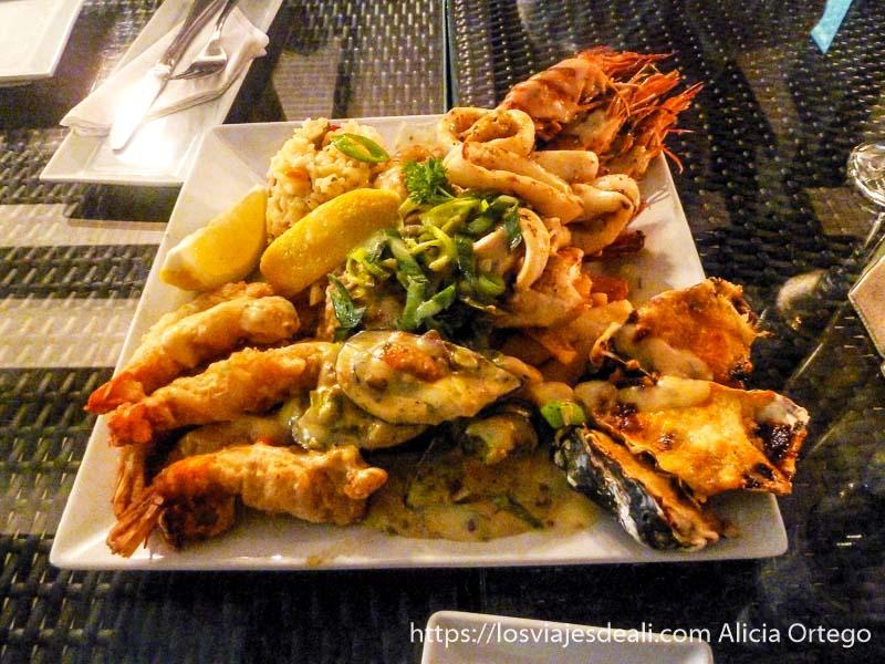 plato lleno de marisco