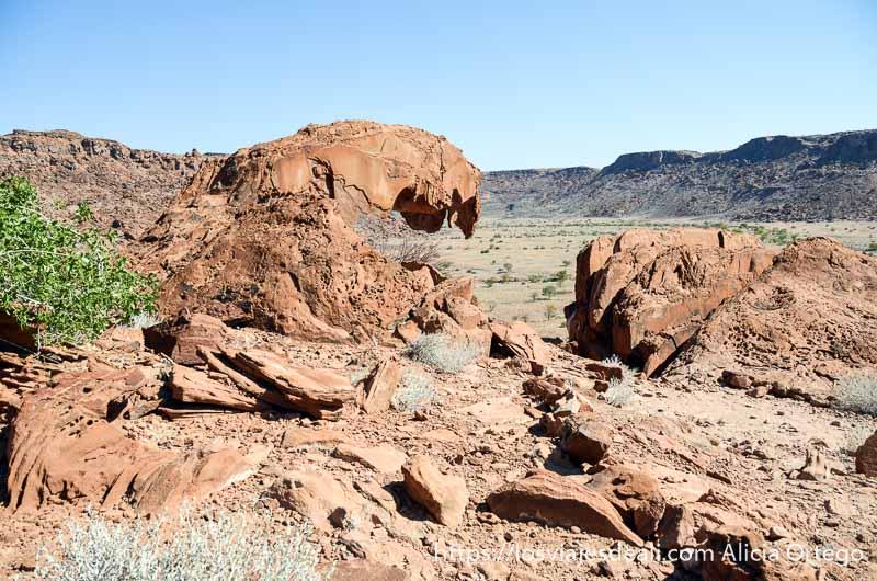 rocas rojizas una con forma de boca abierta en twyfelfontein patrimonio de la humanidad de namibia