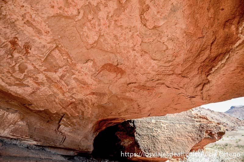pinturas rupestres en un abrigo de roca patrimonio de la humanidad de namibia