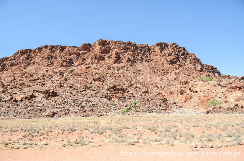 montaña de rocas rojizas en twifelfontein patrimonio de la humanidad de namibia