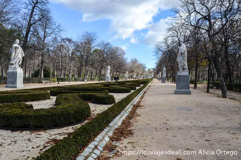 paseo de las estatuas con jardín en el centro en el retiro de madrid
