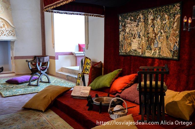 habitación medieval con cojines y asientos de madera