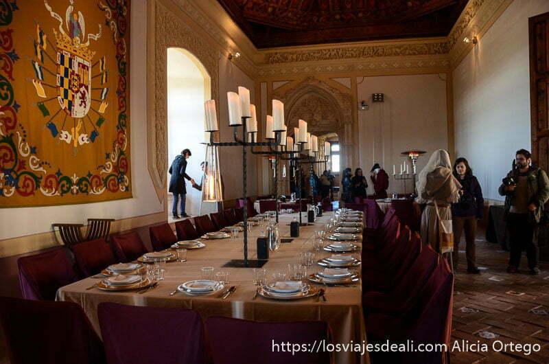 comedor del castillo con gran mesa puesta para comer