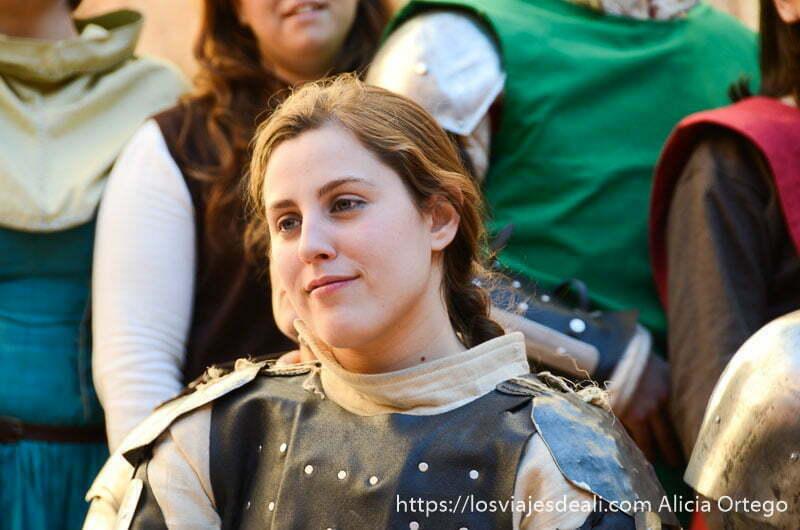 chica guerrera de lucha medieval con cota de malla