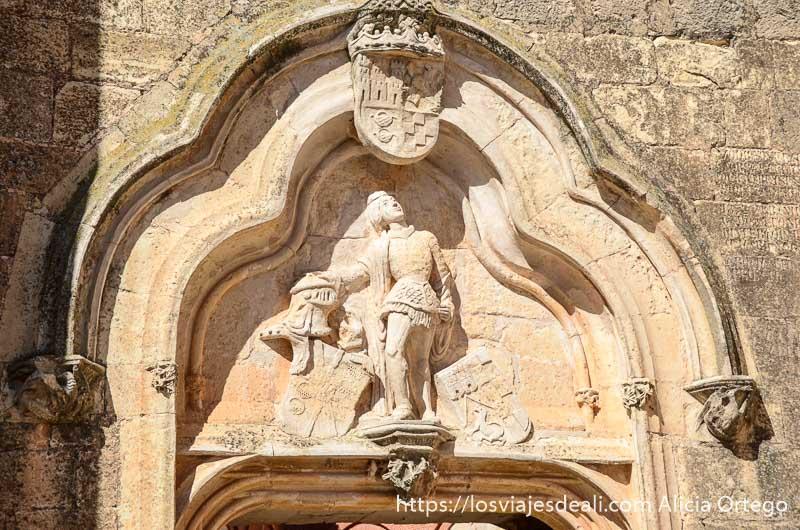 escudo noble con caballero medieval sobre la puerta del castillo de Belmonte
