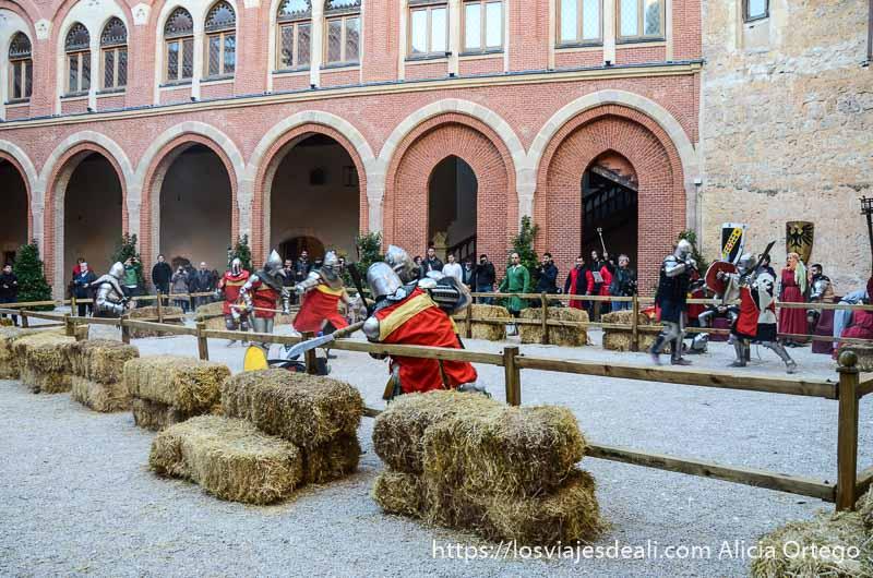 combate medieval en el patio del castillo de belmonte