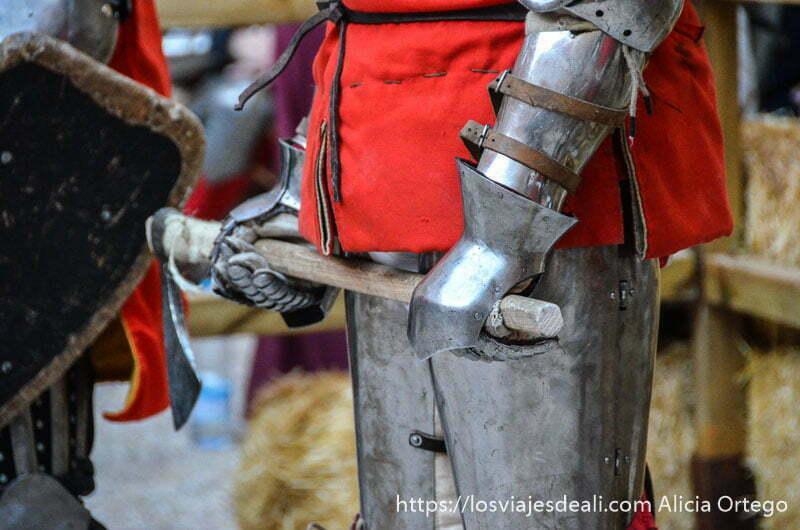 guerrero con armadura sosteniendo hacha de hierro en el castillo de belmonte