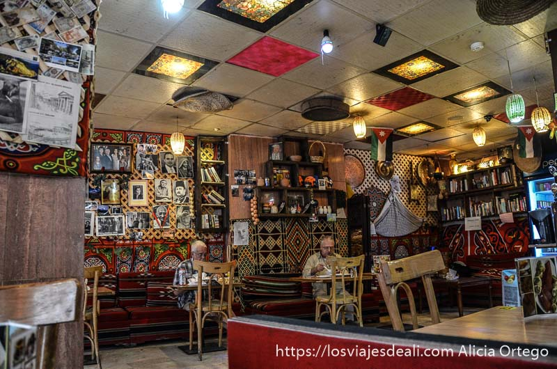 interior de restaurante lleno de fotos en las paredes