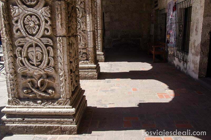 columnas anchas y cuadradas llenas de relieves