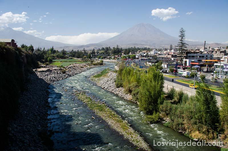 río con volcán al fondo