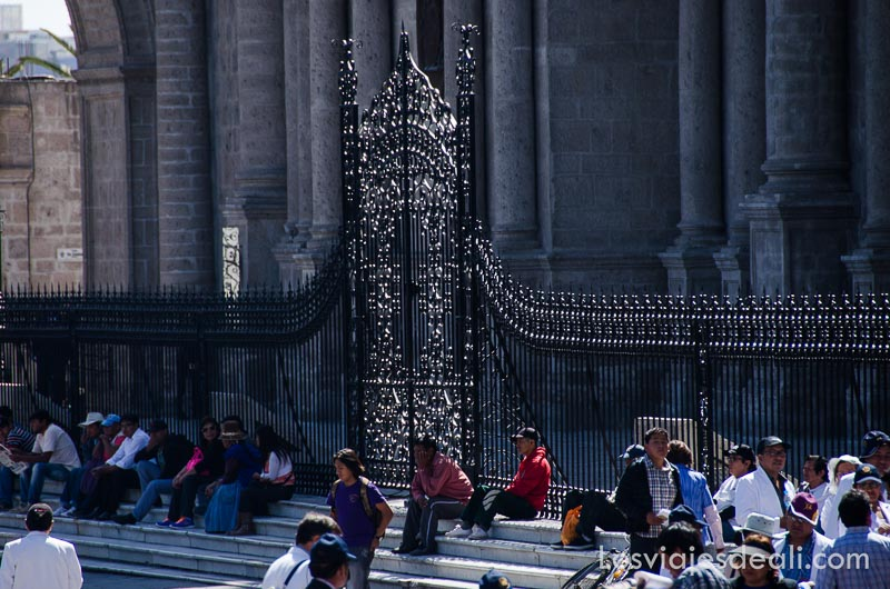 verja de la catedral de arequipa con gente sentada en escaloness