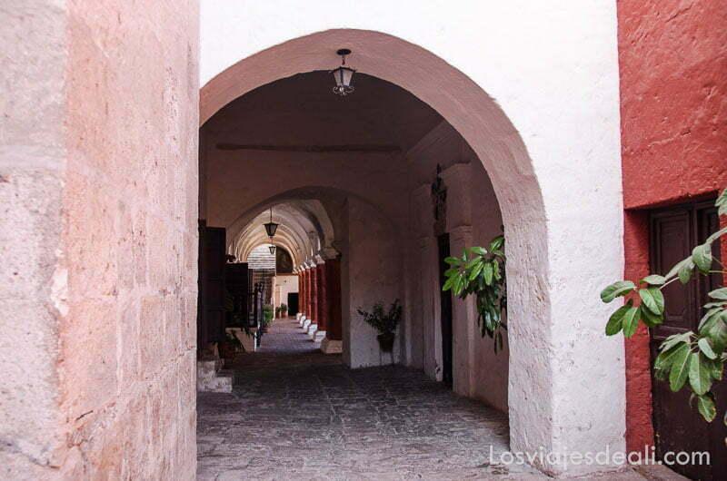 pasillo de arcos que comunica un patio con otro