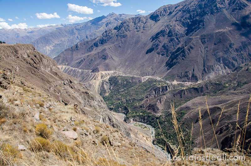 vista del valle entre altas montañas