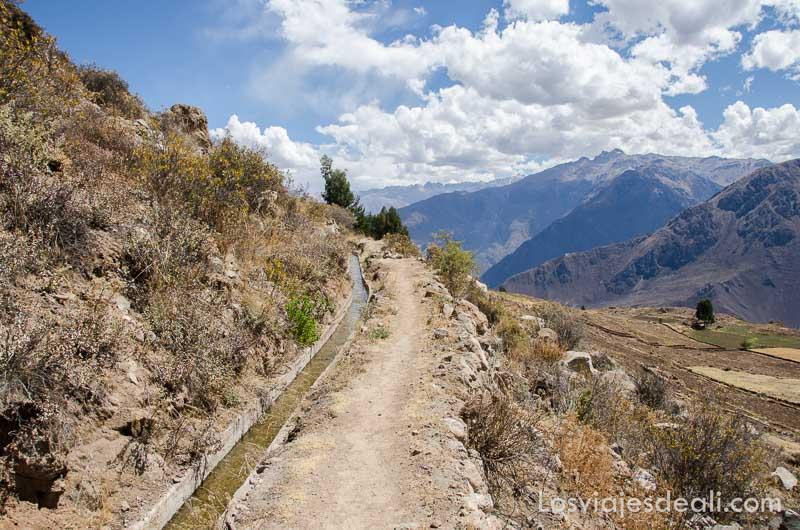 canal de agua junto al sendero de montaña