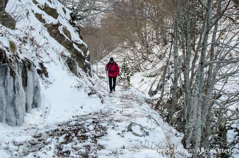 hombre caminando en el hielo con chaqueta roja