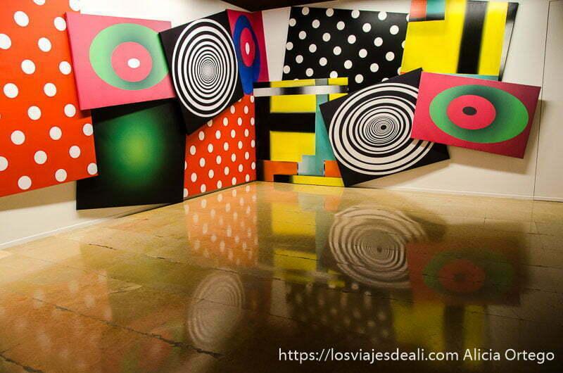 cuadros de colores con círculos reflejándose en el suelo de la lonja fin de semana en zaragoza