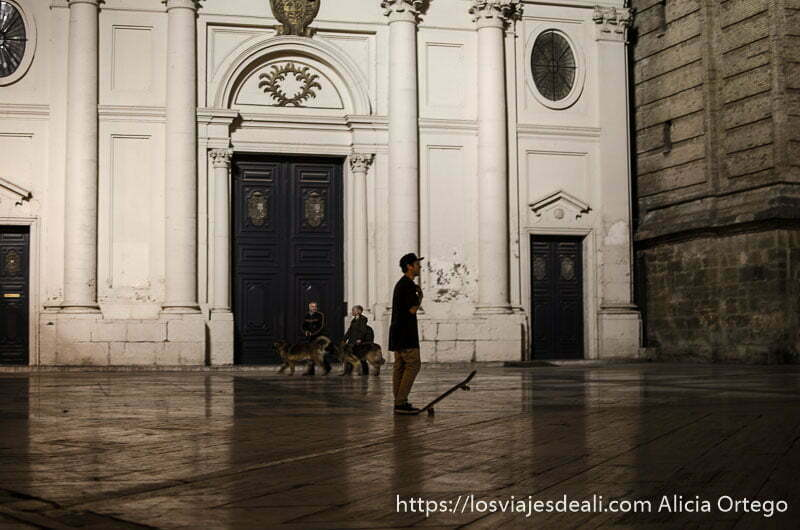 chico con patinete delante de edificio histórico de zaragoza