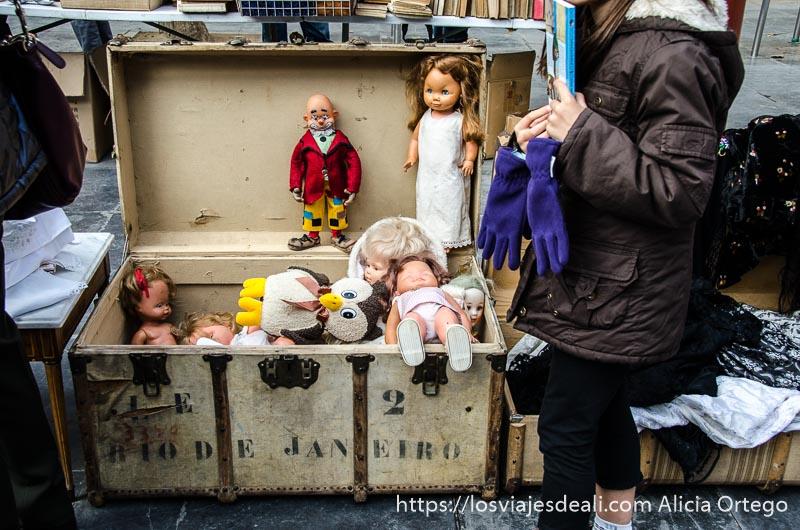 """baúl antiguo donde pone """"río de janeiro"""" abierto y lleno de muñecos antiguos"""