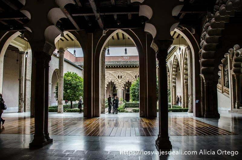 patio con columnas y arcos árabes