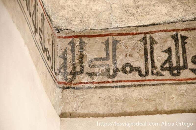 cenefa con letras árabes pintadas en un muro