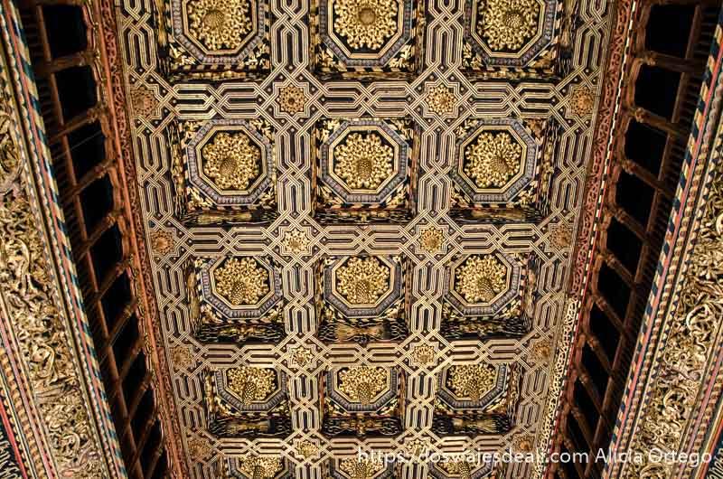 techo cubierto de artesonado con colores dorados
