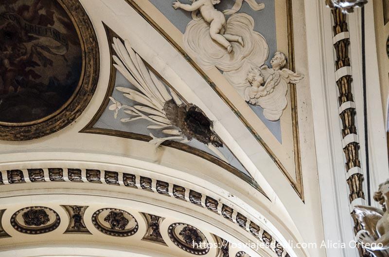 agujero abierto por una bomba en un arco de la basílica del pilar fin de semana en zaragoza