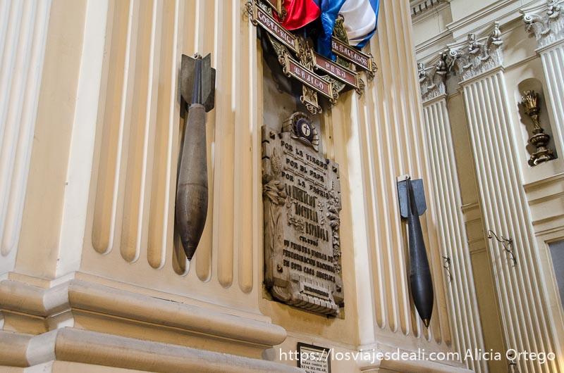 las dos bombas que cayeron en la basílica colgadas en uno de los muros