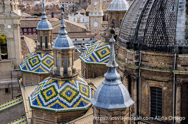 tejas de colores formando dibujos en las torres de la basílica fin de semana en zaragoza