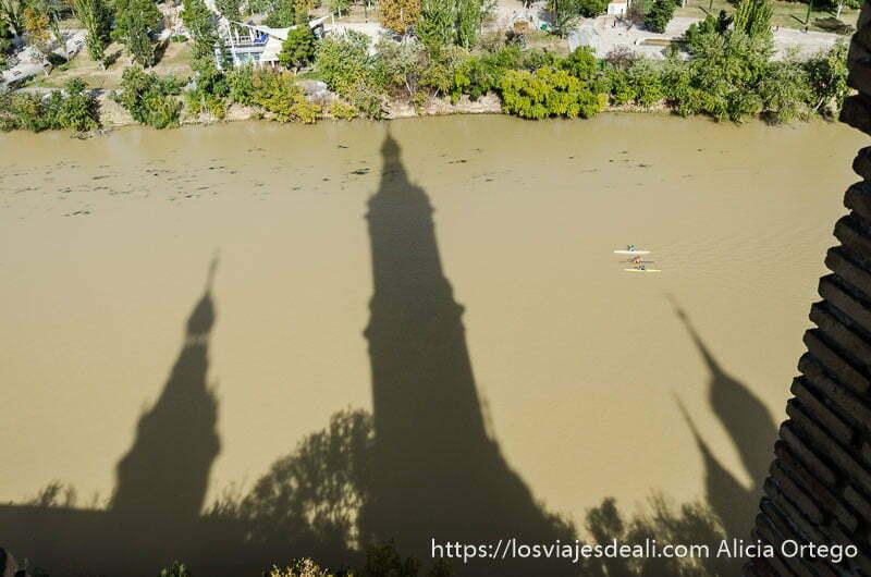 sombra de las torres barrocas de la basílica sobre el río ebro