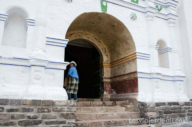 puerta de iglesia en forma de arco pintada de blanco