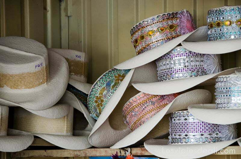 sombreros blancos de ala ancha con cintas de telas brillantes