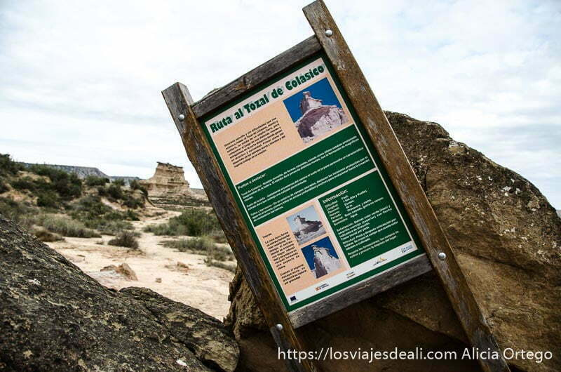 cartel que explica la ruta al toza de nicolasico en el desierto de los monegros